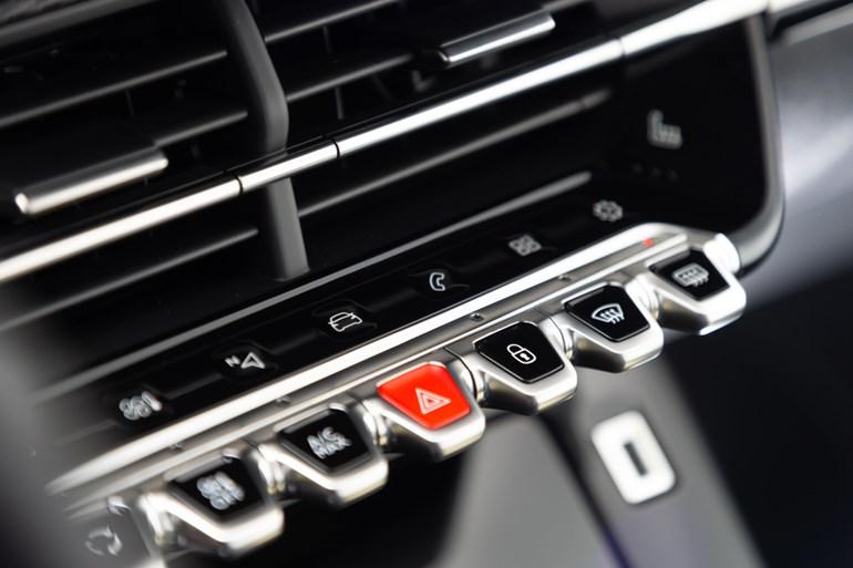 Η αφή και μόνο στα κουμπιά της κεντρικής κονσόλας σε βάζουν στο... κλίμα του νέου 208
