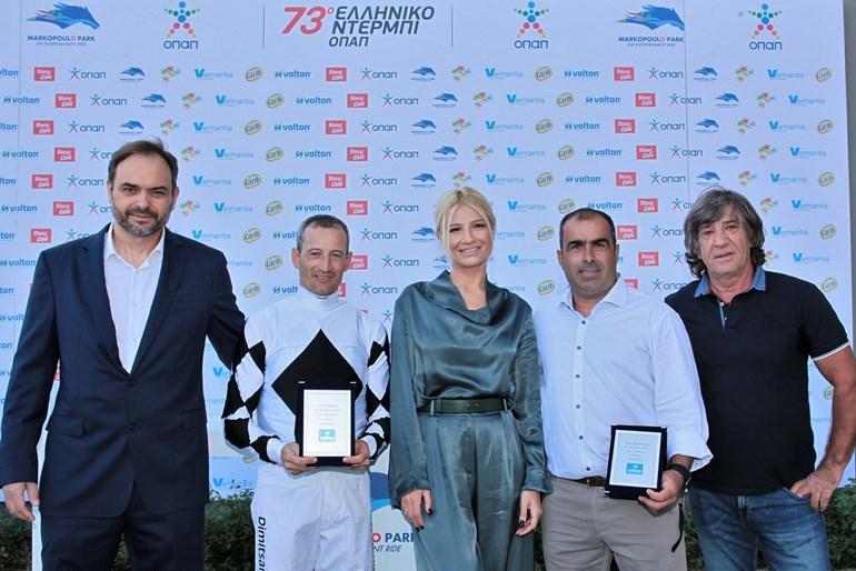 Ο Γενικός Διευθυντής της VOLTON Ανδρέας Σκιαδόπουλος, με τον αναβάτη Παναγιώτη Δημητσάνη, την Φαίη Σκορδά, τον προπονητή Χρήστο Κουβαρά και τον πρώην διεθνή ποδοσφαιριστή Θωμά Μαύρο