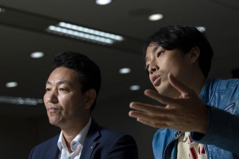 Ο Γιανγκ γκουαν Κουον, διευθυντής του Τμήματος Υπηρεσιών Πληροφορικής στην τράπεζα Welcome Savings (αριστερά) και ο αθλητής, Ντονγκ Χο Χαν (δεξιά)