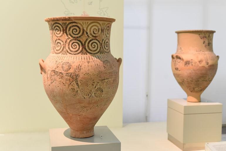 Πιθαμφορείς από την Πάρο που βρέθηκαν στις αποικίες της Θάσου (7ος αι. π. Χ.), μαρτυρούν τις οικονομικές και πολιτιστικές σχέσεις που ανέπτυξαν οι πόλεις αυτές μέσω της θαλάσσιας οδού με κέντρα της ηπειρωτικής Ελλάδας, του Αιγαίου και της Μικράς Ασίας ήδη από τα αρχαϊκά χρόνια