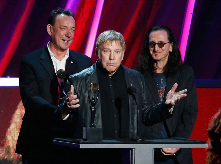 Neil Peart, Alex Lifeson και Geddy Lee κατά την τελετή εισόδου των Rush στο Rock n Roll Hall Of Fame - AP Photo