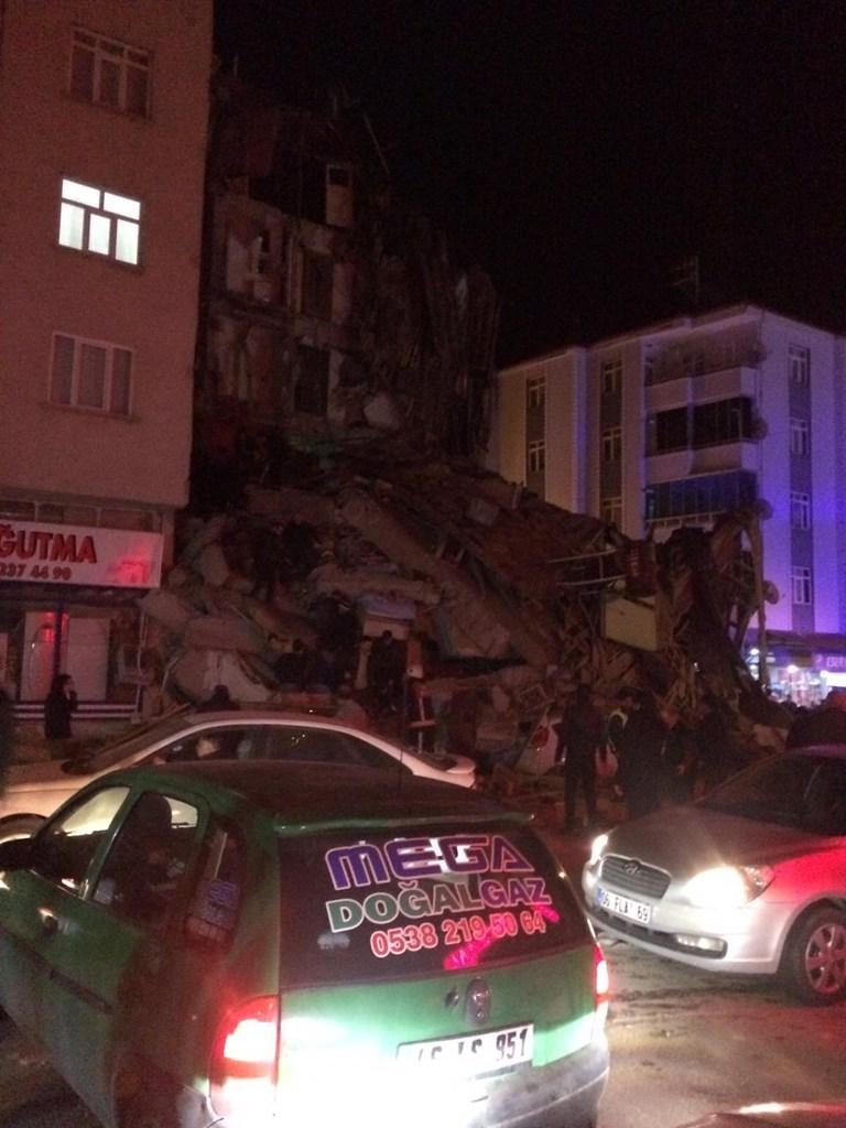 Σοβαρές ζημιές σε κτήρια από τον ισχυρό σεισμό