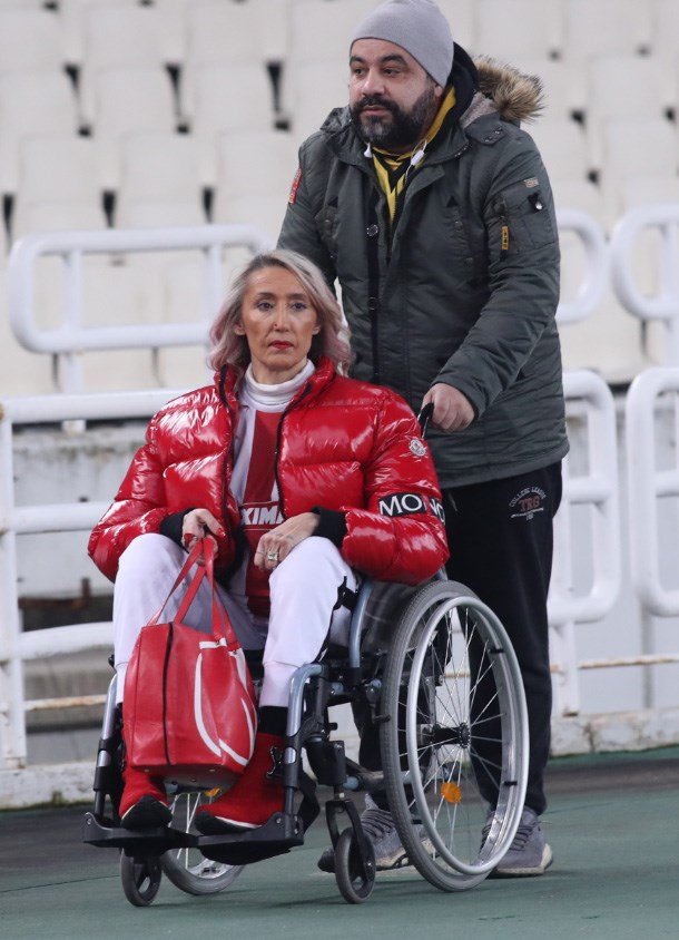 H φίλαθλος του Ολυμπιακού, Τόνια θα παρακολουθήσει το παιχνίδι μαζί με τη Μυρτώ, όπως συνέβη και στο ματς του πρώτου γύρου στο Καραϊσκάκη