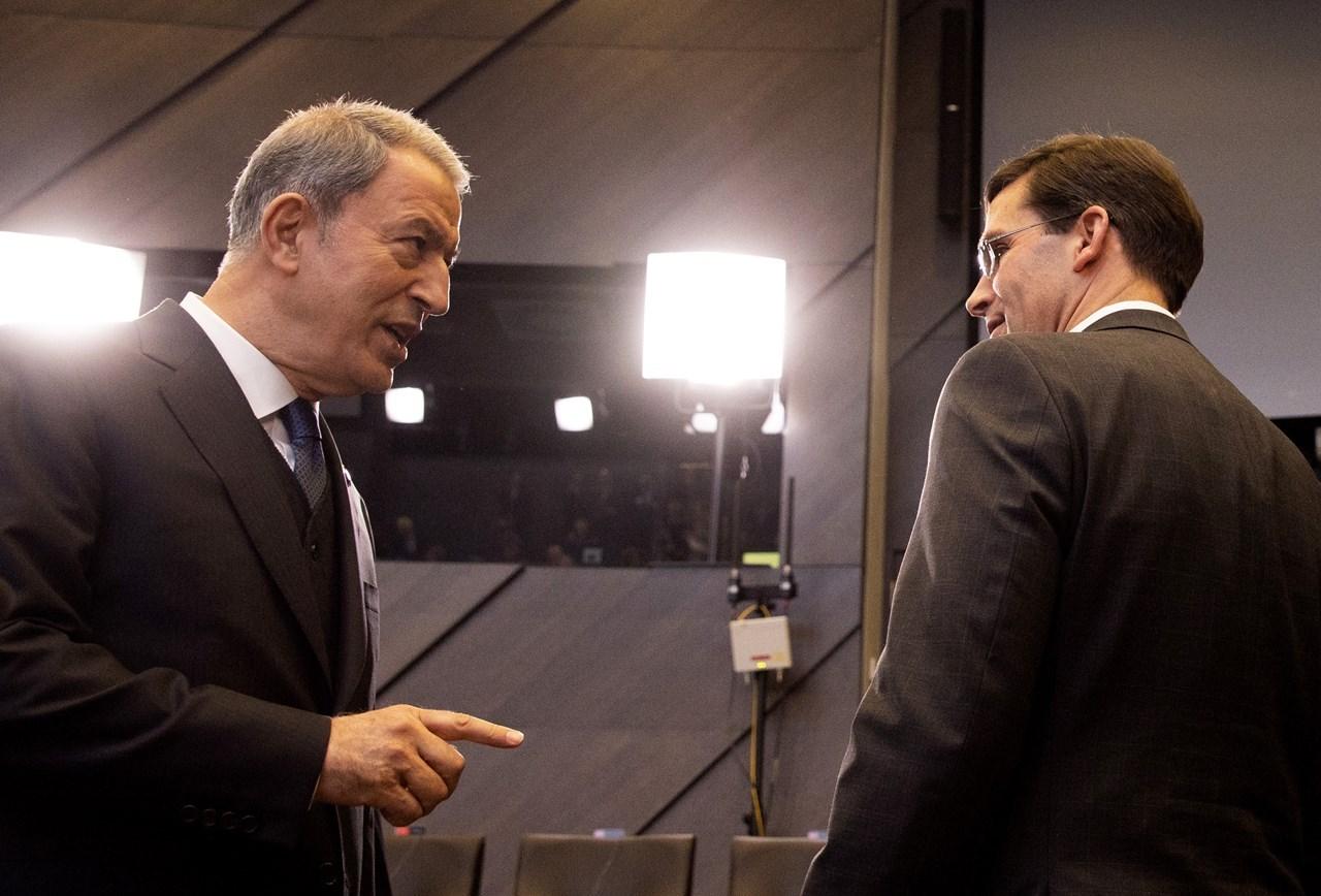 Ο Τούρκος υπουργός Άμυνας Χουλουσί Ακάρ συνομιλεί με τον Αμερικανό ομόλογό του Μαρκ Έσπερ στις Βρυξέλλες