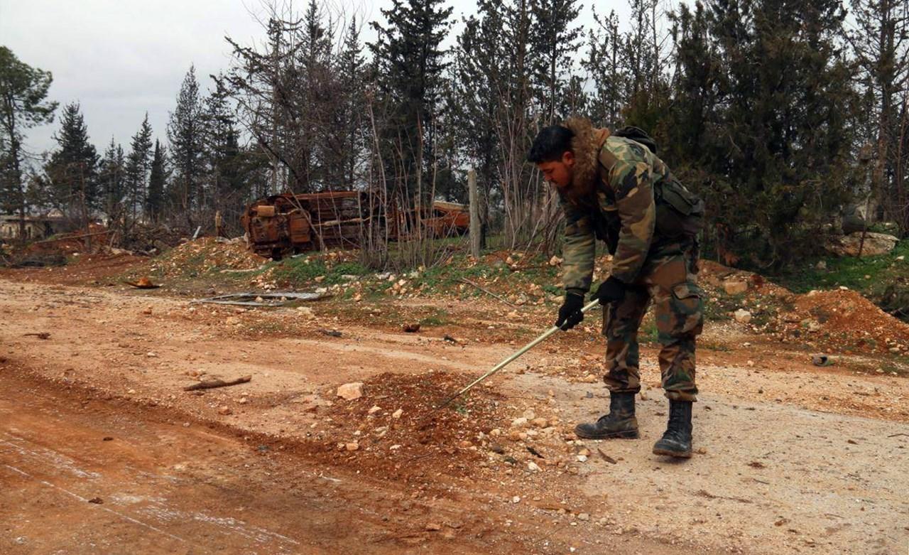 Σύροι στρατιώτες ελέγχουν τον δρόμο M5 για νάρκες