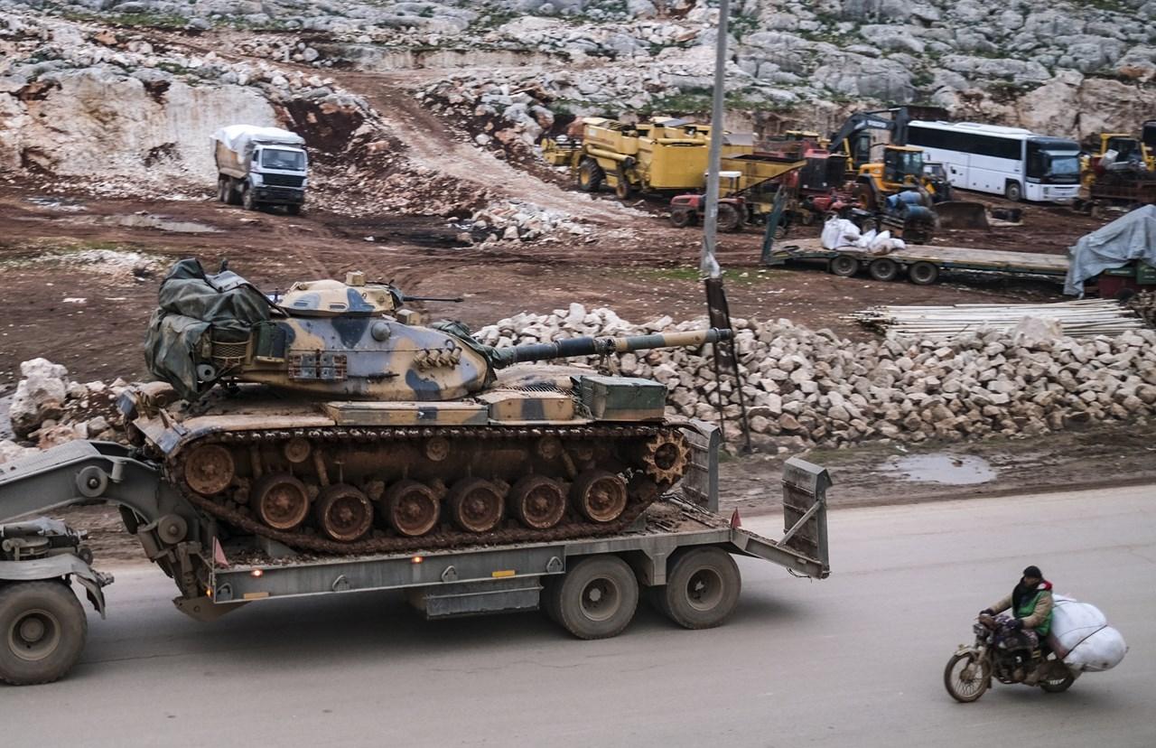 Μεταφορά τουρκικών οπλικών συστημάτων στο Ιντλίμπ της Συρίας