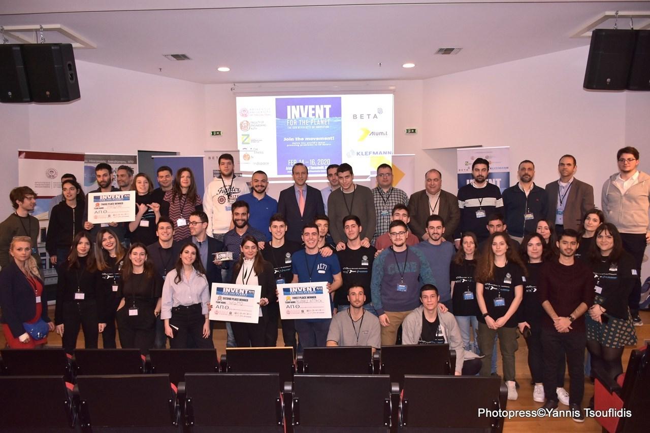 Φωτογραφία: ο Αντιπρύτανης Έρευνας και Διά Βίου Εκπαίδευσης του ΑΠΘ, Αναπληρωτής Καθηγητής Ευστράτιος Στυλιανίδης, με τους διοργανωτές του διαγωνισμού IFTP και τις φοιτήτριες και τους φοιτητές που συμμετείχαν σε αυτόν.