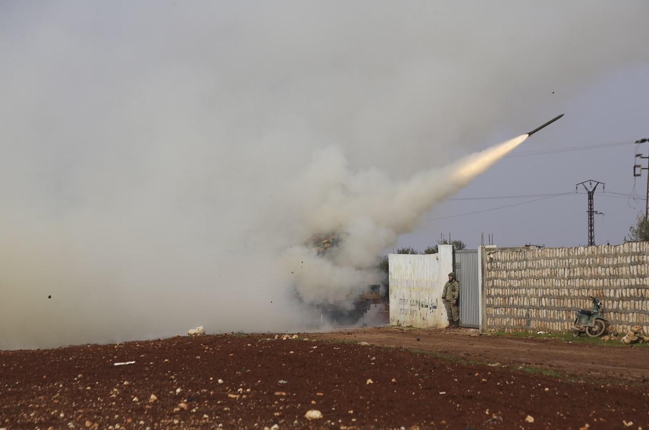 Τούρκοι στρατιώτες εκτοξεύουν πύραυλο κατά των συριακών κυβερνητικών δυνάμεων