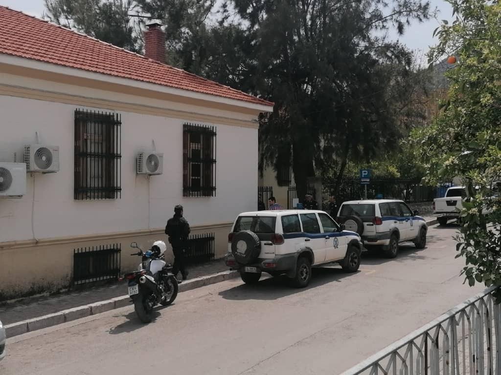 Αστυνομική δύναμη έξω από την εισαγγελία Άμφισσας