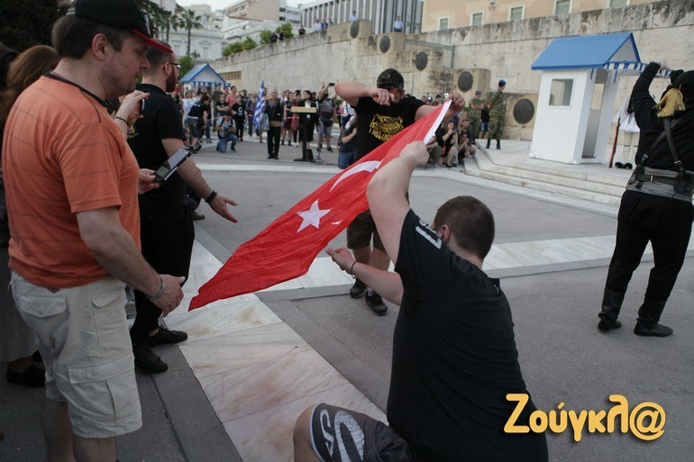 Έκαψαν την τουρκική σημαία στο Σύνταγμα | Ελλάδα | Ορθοδοξία | orthodoxia.online | Σύνταγμα |  Γενοκτονία των Ποντίων |  Ελλάδα | Ορθοδοξία | orthodoxia.online