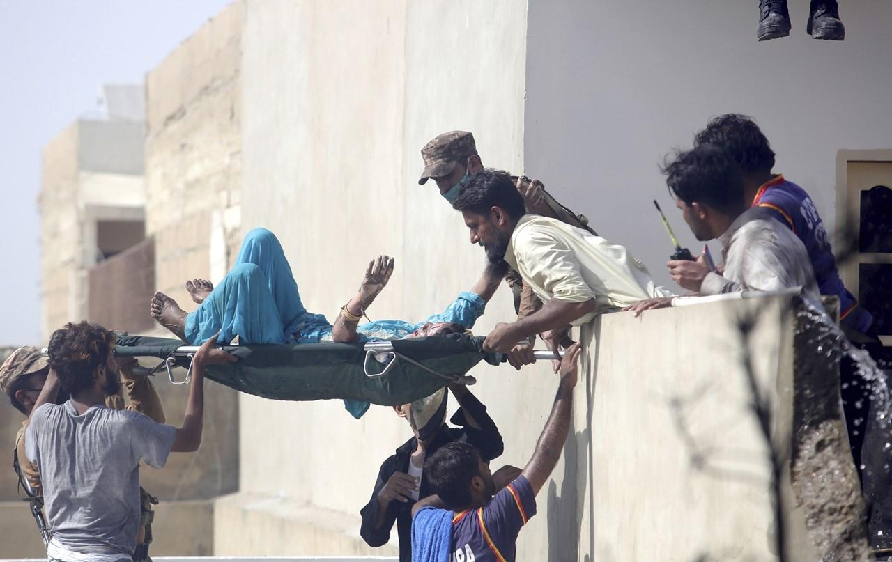 ΠΑΓΚΟΣΜΙΟ ΣΟΚ: Συνετρίβη αεροπλάνο στο Πακιστάν! (pic&vid)