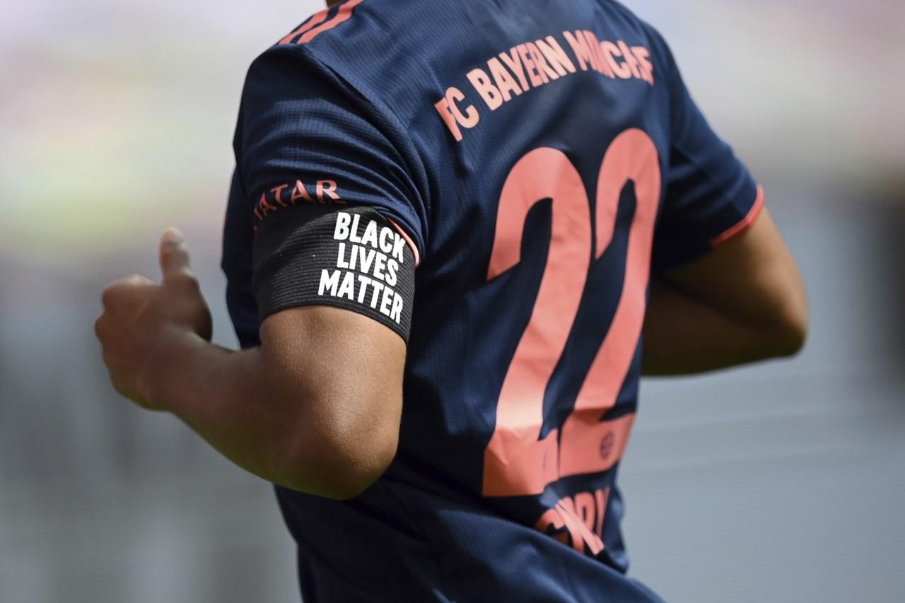 Ο ποδοσφαιριστής της Μπάγερν, Γκνάμπρι με περιβραχιόνιο με το μήνυμα Black Lives Matter
