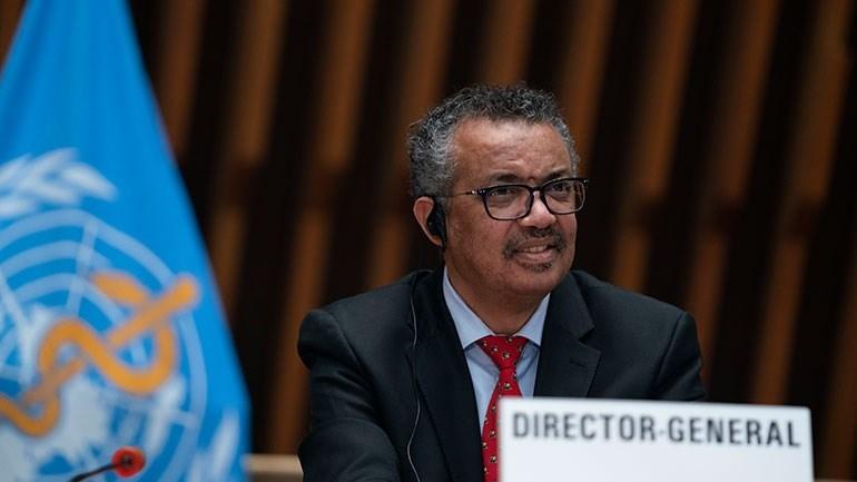O γενικός διευθυντής του ΠΟΥ Τέντρος Αντανόμ Γκεμπρεγέσους προειδοποιεί τις χώρες να παραμείνουν προσεκτικές για το ενδεχόμενο επανεμφάνισης του κορωνοϊού