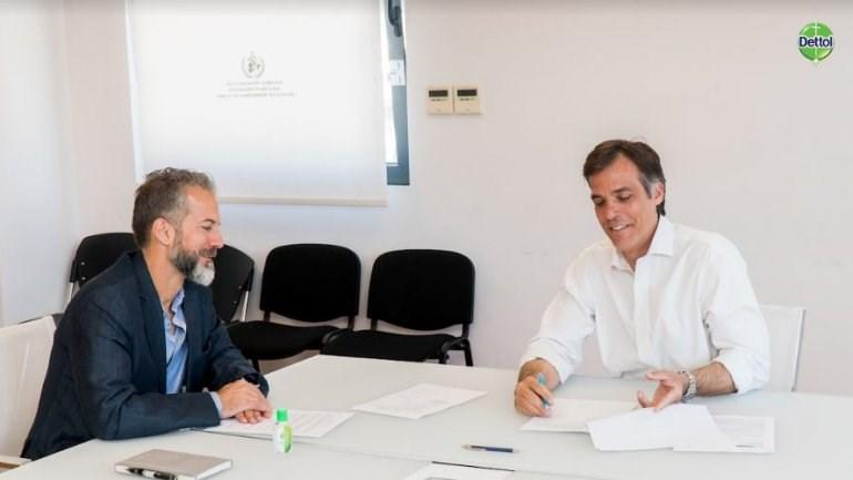 O κος Νίκος Τσακαλάκης, Πρόεδρος και Διευθύνων Σύμβουλος της RECKITT BENCKISER HELLAS HEALTHCARE A.E και ο κος Παναγιώτης Αρκουμανέας, Πρόεδρος του ΕΟΔΥ