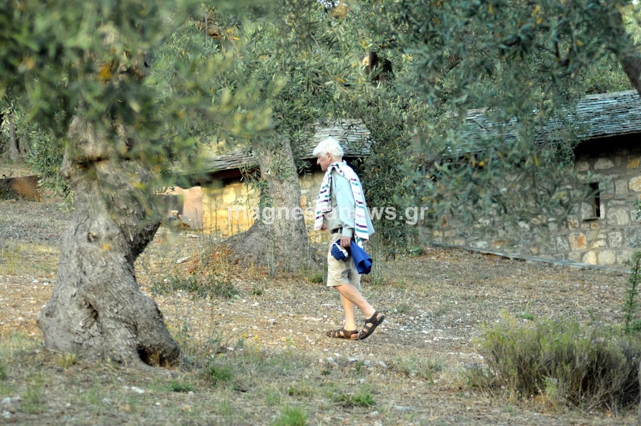 Βαδίζοντας προς το σπίτι του, τη Βίλα «Ειρήνη» μετά το απογευματινό του μπάνιο στην «Παγανιά»