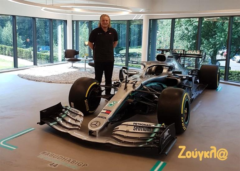 O Μιχάλης Χαλκιόπουλος δίπλα στο μονοθέσιο της Mercedes που βρίσκεται στην είσοδο τω εγκαταστάσεων της ομάδας στο Brackley