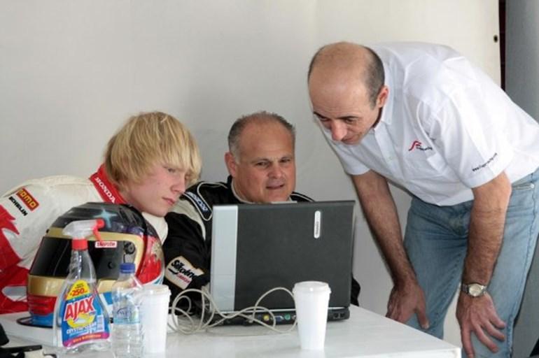 Αναλύοντας τηλεμετρία με τον θείο του Αντρέα (μέση) και έναν μηχανικό της ομάδας…