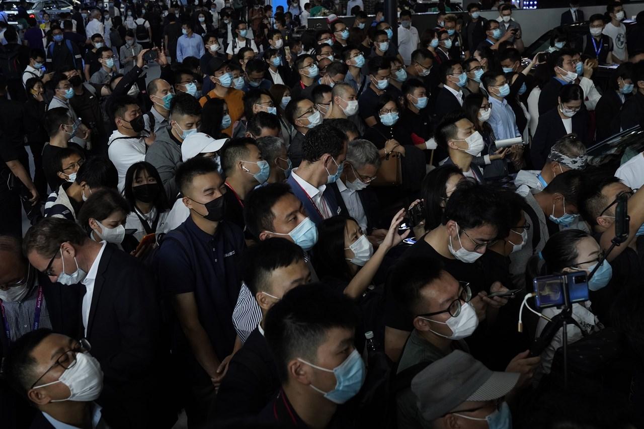 Άνθρωποι με μάσκες στην εκδήλωση Auto China 2020 το Σάββατο στο Πεκίνο