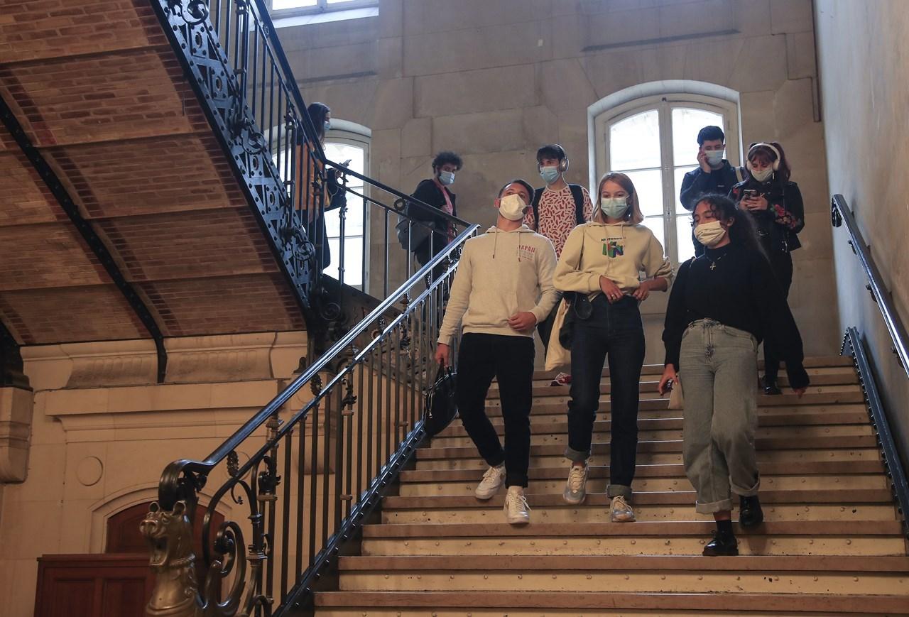 Φοιτητές με μάσκες σε πανεπιστήμιο στο Παρίσι
