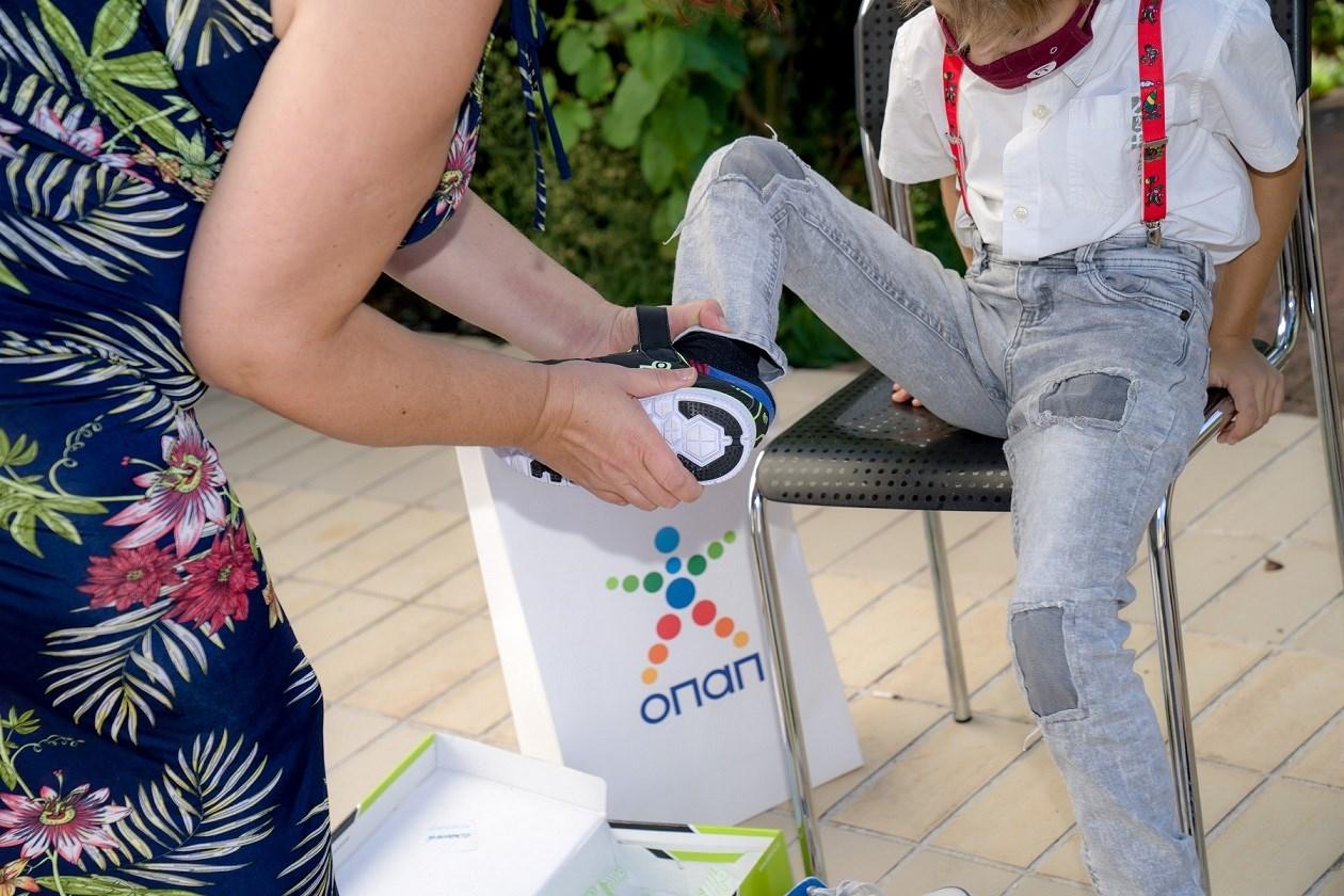 Παιδιά του Παιδικού Χωριού SOS Πλαγιαρίου δοκιμάζουν τα νέα παπούτσια τους