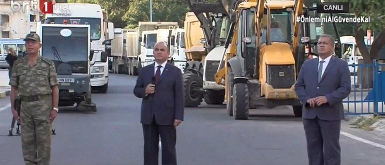 Ο αρχηγός των κατοχικών δυνάμεων (αριστερά), ο αποκαλούμενος Τούρκος πρέσβης στη Β. Κύπρο (στο κέντρο) και ο τουρκοκύπριος δήμαρχος της Αμμοχώστου. Πίσω τους μπουλντόζες και μηχανήματα για την ασφαλτόστρωση