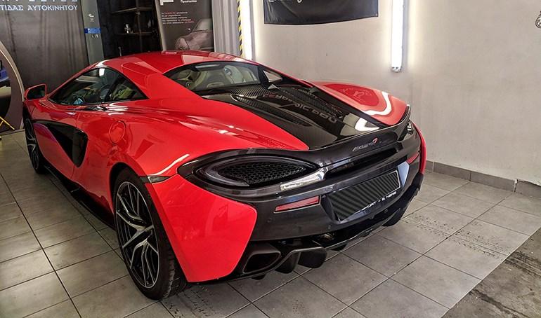 Μία McLaren βγάζει.. μάτια από όπου και να την κοιτάξεις