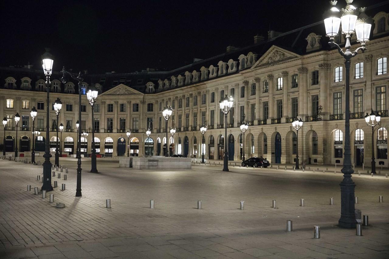 Η πλατεία Vendome είναι χωρίς κόσμο κατά τη διάρκεια της απαγόρευσης κυκλοφορίας στο Παρίσι, το Σάββατο, 17 Οκτωβρίου 2020