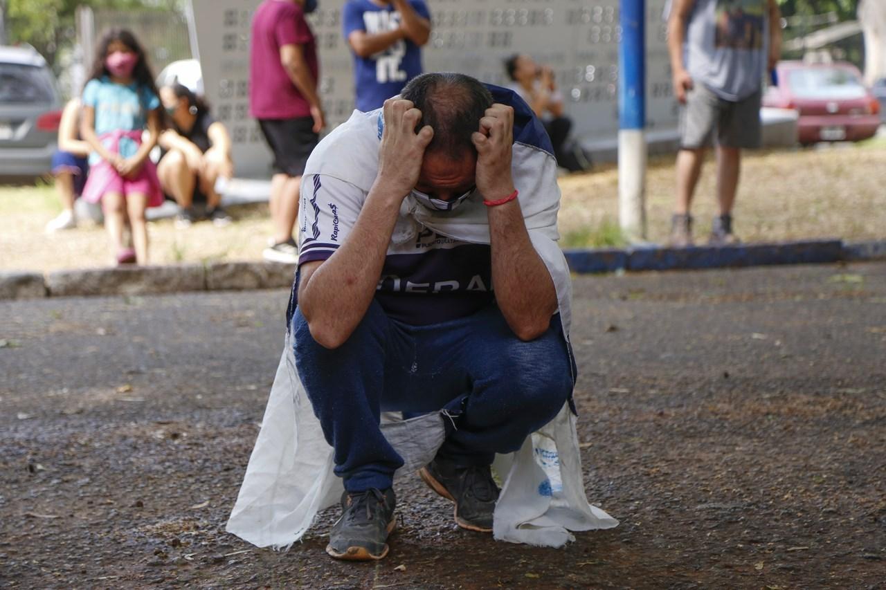 Ένας οπαδός θρηνεί για τον θάνατο του Diego Maradona έξω από το γήπεδο του ποδοσφαιρικού συλλόγου Gimnasia y Esgrima, με προπονητή τον Maradona, στο La Plata της Αργεντινής