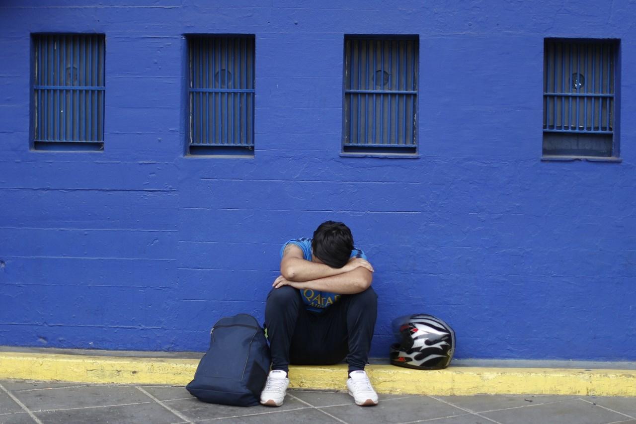 Φίλαθλος κλαίει όταν έμαθε ότι ο Diego Maradona πέθανε, κοντά στους θαλάμους εισιτηρίων της La Bombomera, στο στάδιο της Boca Junior, στο Μπουένος Άιρες