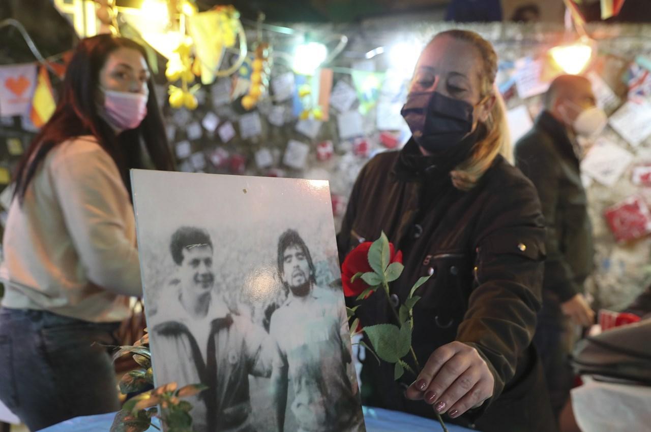 Μια γυναίκα στη Νάπολη προσφέρει ένα τριαντάφυλλο για να τιμήσει τη μνήμη του