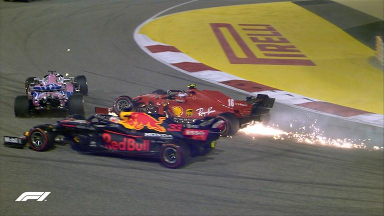 Η στιγμή που Verstappen και Leclerc βγαίνουν εκτός πίστας. Ο πιλότος της Ferrari ακουμπά τον Perez και ο πιλότος της Red Bull στην προσπάθειά του να τον αποφύγει βγαίνει εκτός έδρας.