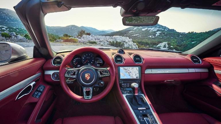Πανέμορφο εσωτερικό με τη σφραγίδα της Porsche.