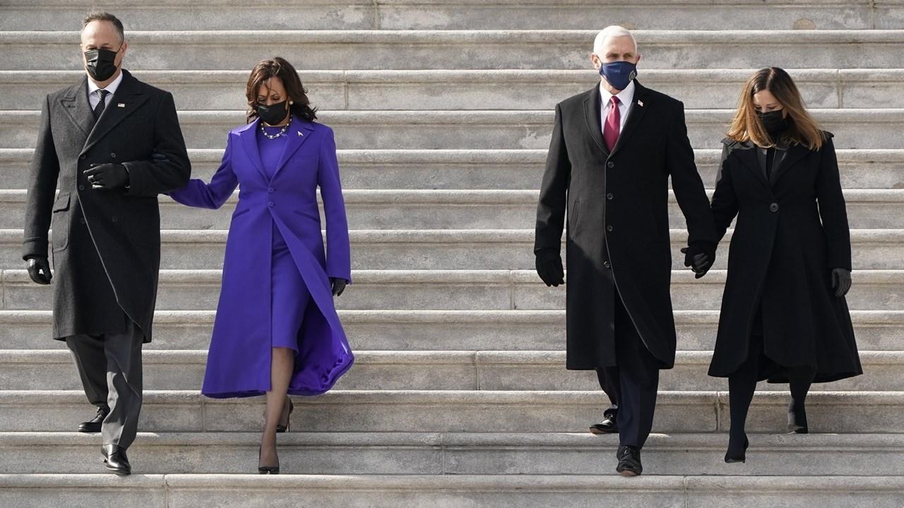 H αντιπρόεδρος Χάρις συνοδεύει τον πρώην Αντιπρόεδρο Πενς στα σκαλιά του Καπιτωλίου