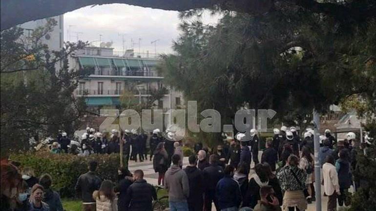 Αστυνομικοί έκαναν ελέγχους στην πλατεία της Νέας Σμύρνης για την τήρηση των μέτρων, Επεισόδια αστυνομικών με πολίτες στη Νέα Σμύρνη, Eviathema.gr | Εύβοια Τοπ Νέα Ειδήσεις