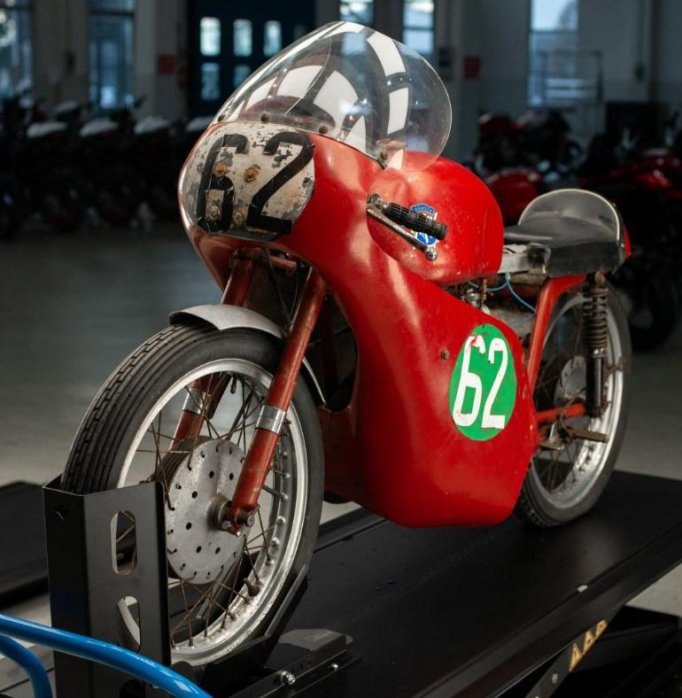 """Η γνήσια μοτοσικλέτα με την οποία αγωνίστηκε ο """"Mike the Bike"""" Hailwood"""
