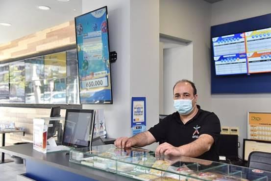 O κ. Βαγγέλης Κολισιάνης, υπεύθυνος ενός πρακτορείου ΟΠΑΠ στο Ελληνικό