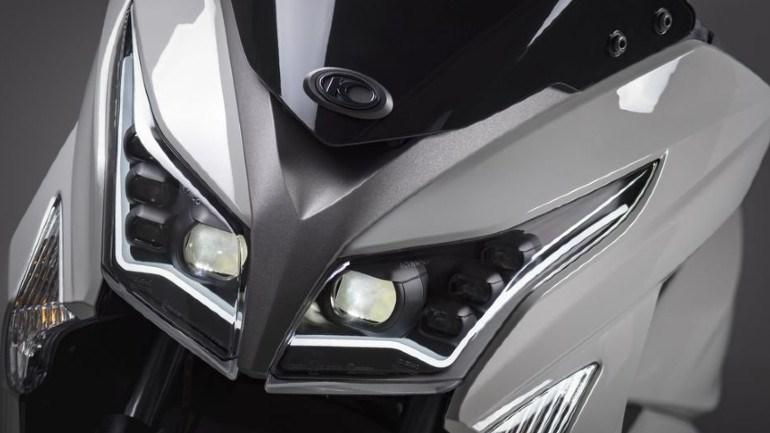 Πολλαπλοί προβολείς LED στο εμπρός φωτιστικό σώμα.
