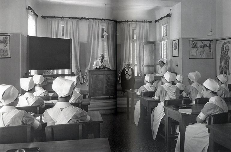 Μαθήτριες στο Σπουδαστήριο της Σχολής Αδελφών Νοσοκόμων, κατά τη διάρκεια του μαθήματος, 1932