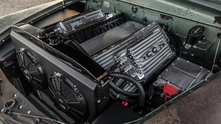 Εκπληκτική διάταξη στις μπαταρίες που θυμίζουν τον αρχικό V8 του μοντέλου.
