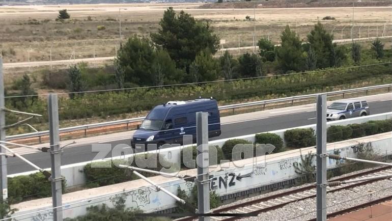 Ο Γιάννης Λαγός μεταφέρεται από το αεροδρόμιο Ελ. Βενιζέλος προς το Εφετείο