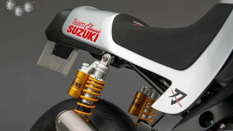 Με τη σφραγίδα της αγωνιστική ομάδας κλασικών μοτοσικλετών της Suzuki.
