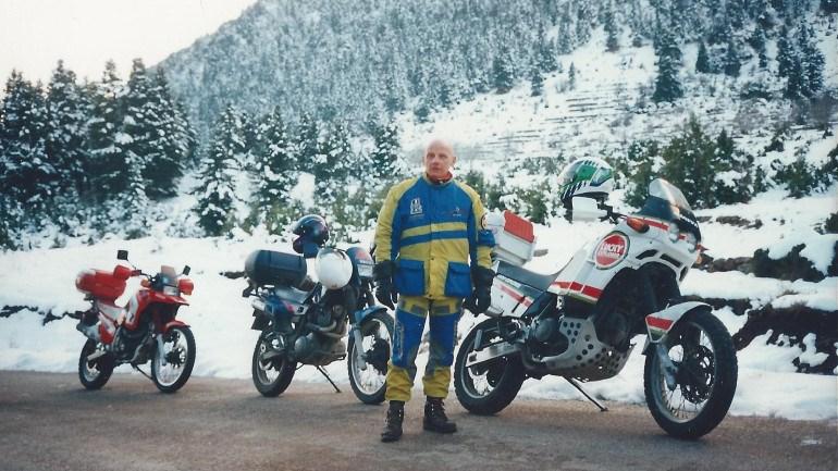 Στα χιονισμένα βουνά με το Cagiva και την παρέα του.