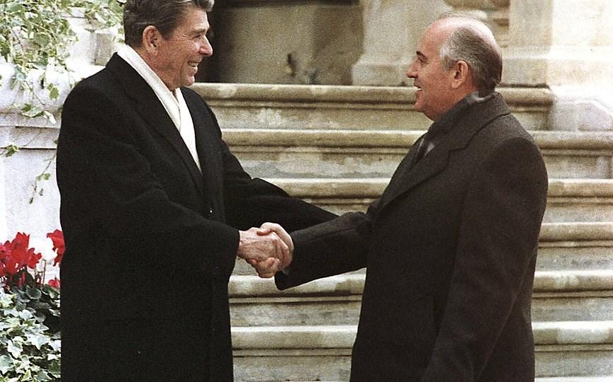 Στιγμιότυπο από τη συνάντηση του Ρόναλντ Ρέιγκαν με τον Μιχαήλ Γκορμπατσόφ στη Γενεύη το 1985. (AP Photos)