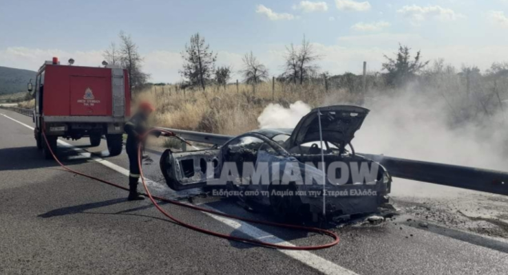 Φθιώτιδα : Σπορ αυτοκίνητο κάηκε ολοσχερώς