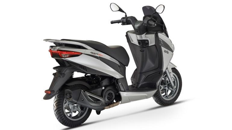 Σε τέσσερα χρώματα είναι διαθέσιμο το SXR50, σε απλό λευκό και γκρι και  με γραφικά σε κόκκινο και μαύρο.