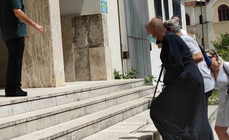 O 49χρονος ιερέας κατά την προσαγωγή του - Φωτογραφία: agriniopress.gr