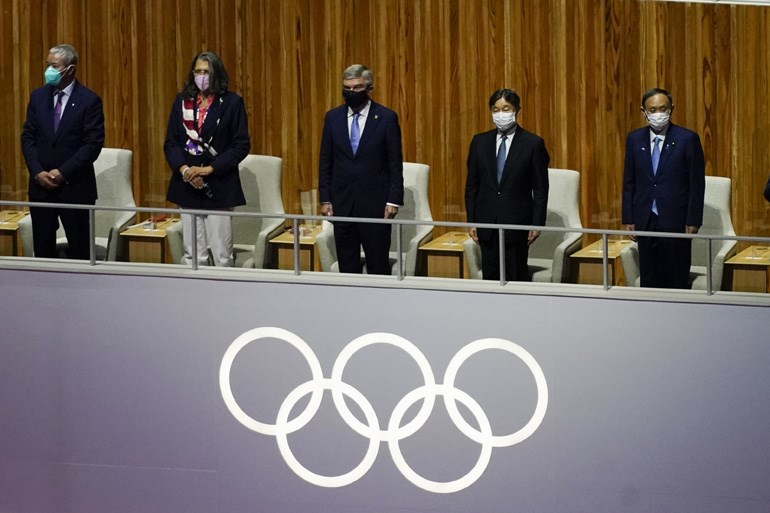 Στο Ολυμπιακό Στάδιο βρίσκεται ο 126ος αυτοκράτορας της Ιαπωνίας, Ναρουχίτο, ο οποίος έφτασε στο στάδιο μαζί με τον πρόεδρο της ΔΟΕ, Τόμας Μπαχ