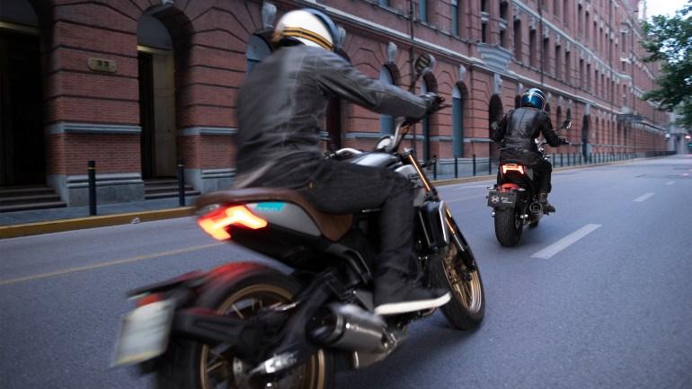 Το πίσω φωτιστικό σώμα LED είναι χαρακτηριστικό της μοτοσικλέτας.
