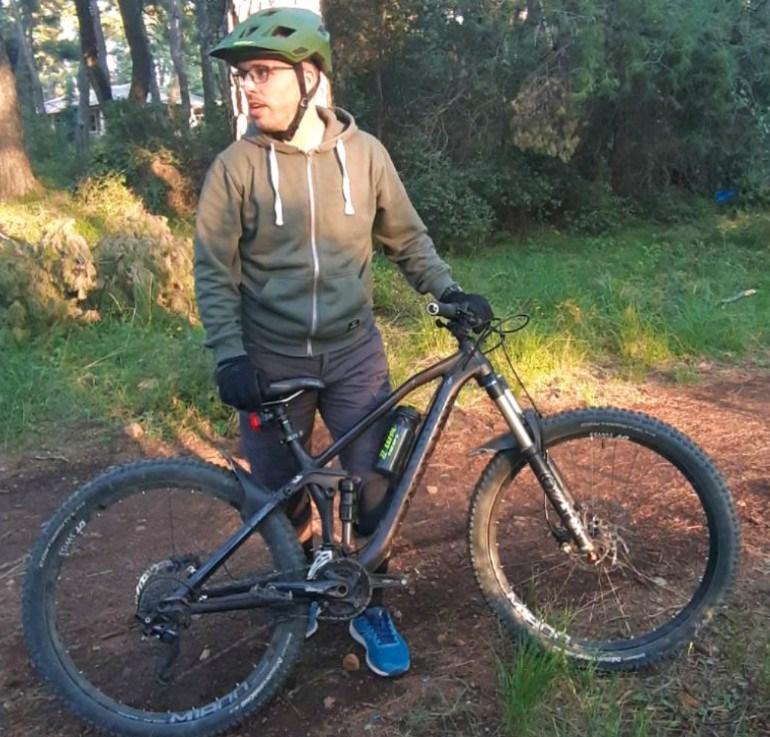 Έχει πάρει τα βουνά με το mountain bike του και το διασκεδάζει!