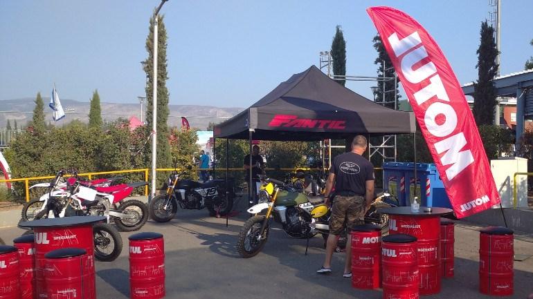 Το πρώτο πράγμα που βλέπεις στην είσοδο είναι τα μεγάλα βαρέλια της Motul και τις μοτοσικλέτες της Fantic.